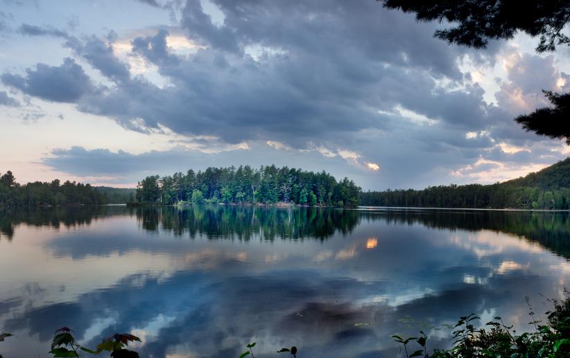 Un magnifique coucher de soleil clôt une longue journée d'été à Otter Lake, Québec. / A magnificent sunset caps a long Summer day in Otter Lake, Quebec. Photo: Daniel Marchand